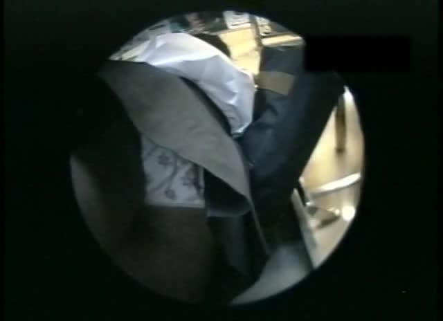 【JK】電車内で逆さ撮りでJKの花柄パンツを盗撮!!
