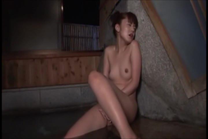 お風呂場で手マンオナニーを始める美乳熟女!手慣れた手つきで激しくかき回し自慰行為を楽しむ!